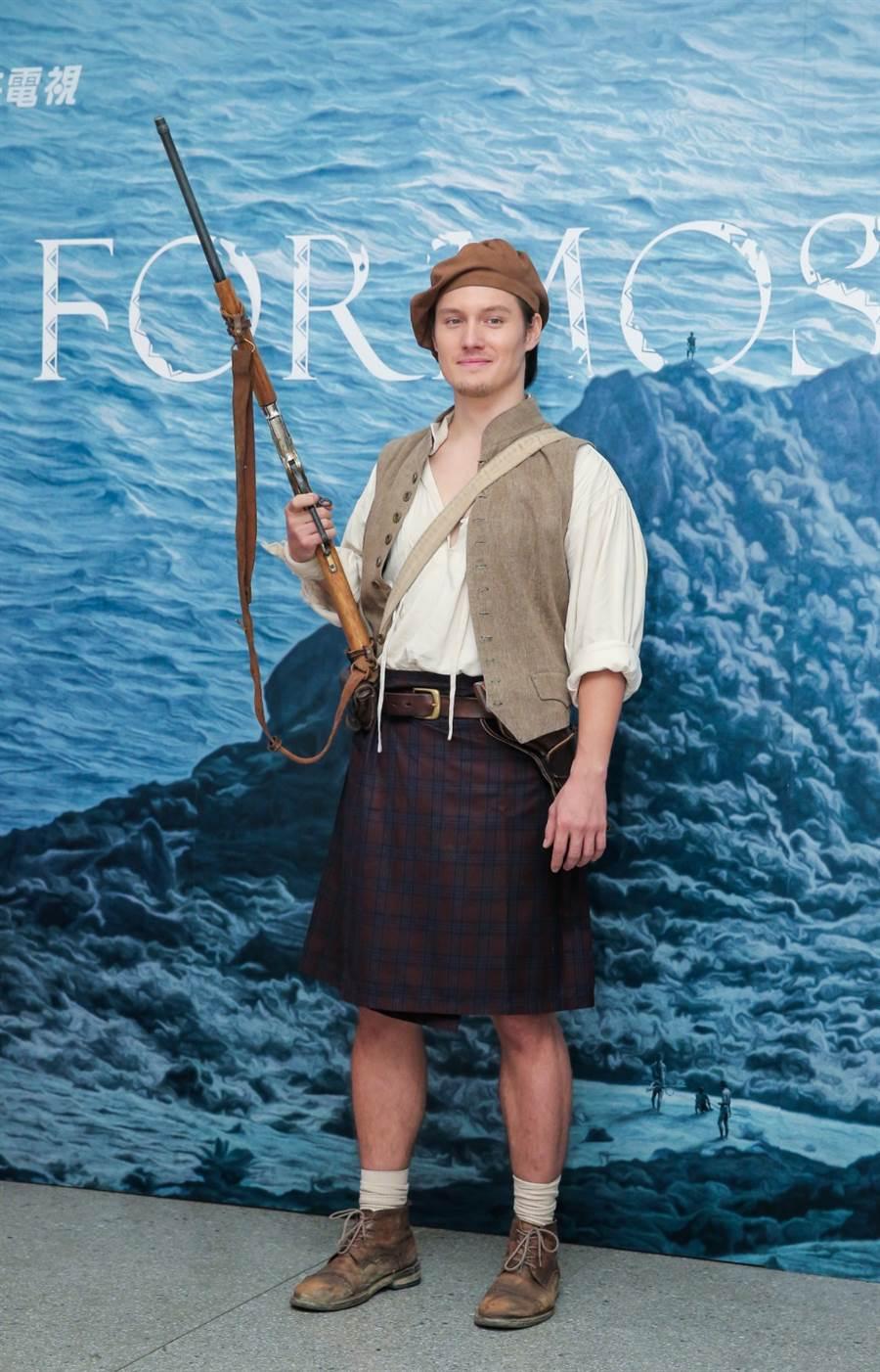 周厚安在公視《斯卡羅》中,以長髮蓄鬍造型演出英國洋行代理人「必麒麟」。(盧禕祺攝)