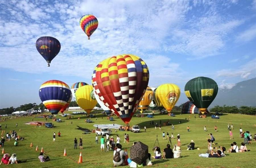 (雄獅旅行社拚國旅,針對台東一年一度「熱氣球嘉年華」推出主題行程以廣招徠。圖/雄獅旅行社提供)