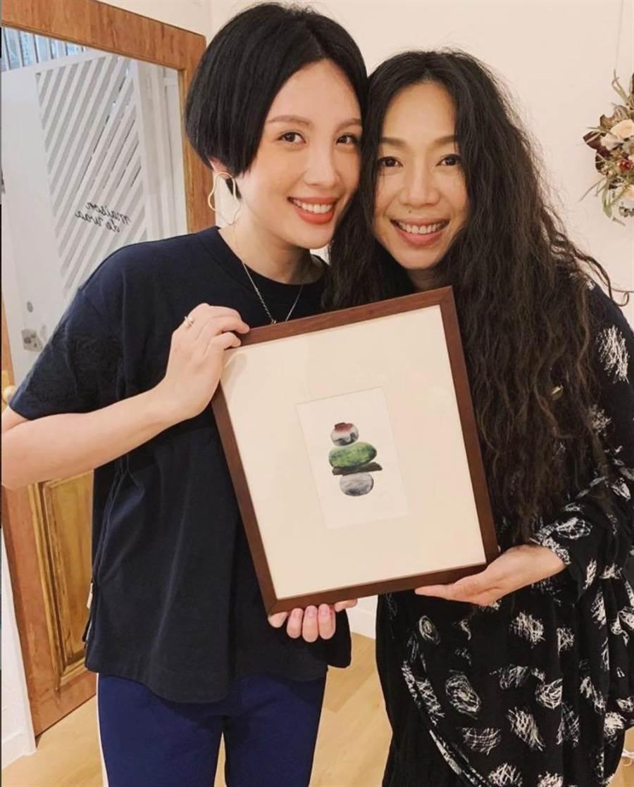 魏如萱(左)的画作,日前被万芳购入蒐藏。(摘自IG)