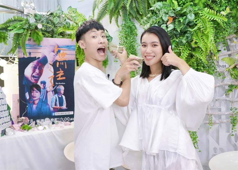 蔡承翰跟郭雅茹为宣传《无主之子》现场示範「交杯粽」。(民视提供)
