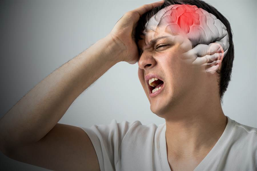 「抽菸」更會增加腦中風風險,腦神經內科醫師曝一名「老菸槍」阿伯的超慘下場。(圖/Shutterstock)