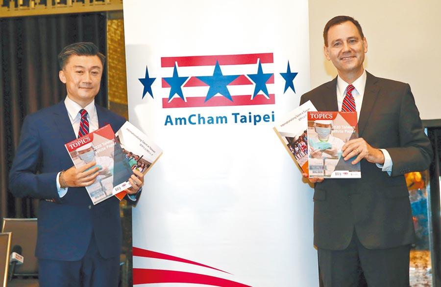 台北市美國商會會長金奇偉(左)與執行長傅維廉拿著白皮書表示,2019年提出的82項議題有11項獲得解決,追平2年前寫下的史上最佳紀錄。(陳君瑋攝)