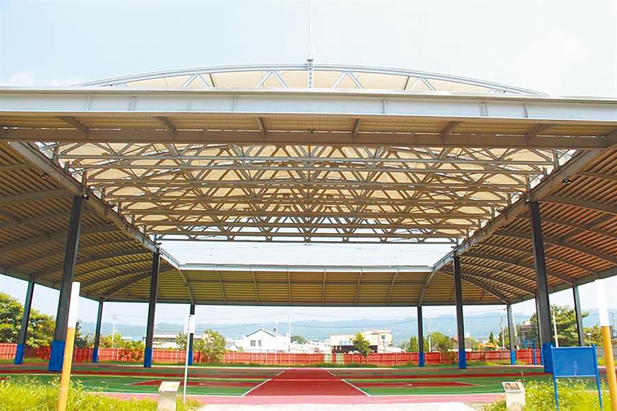員林184公頃市地重劃後,在外環道共打造10座公園及17座籃球場。為了讓市民在雨天及晴天酷熱時也能享受籃球運動,將公19公園打造成全台最大的晴雨球場。(吳建輝攝)