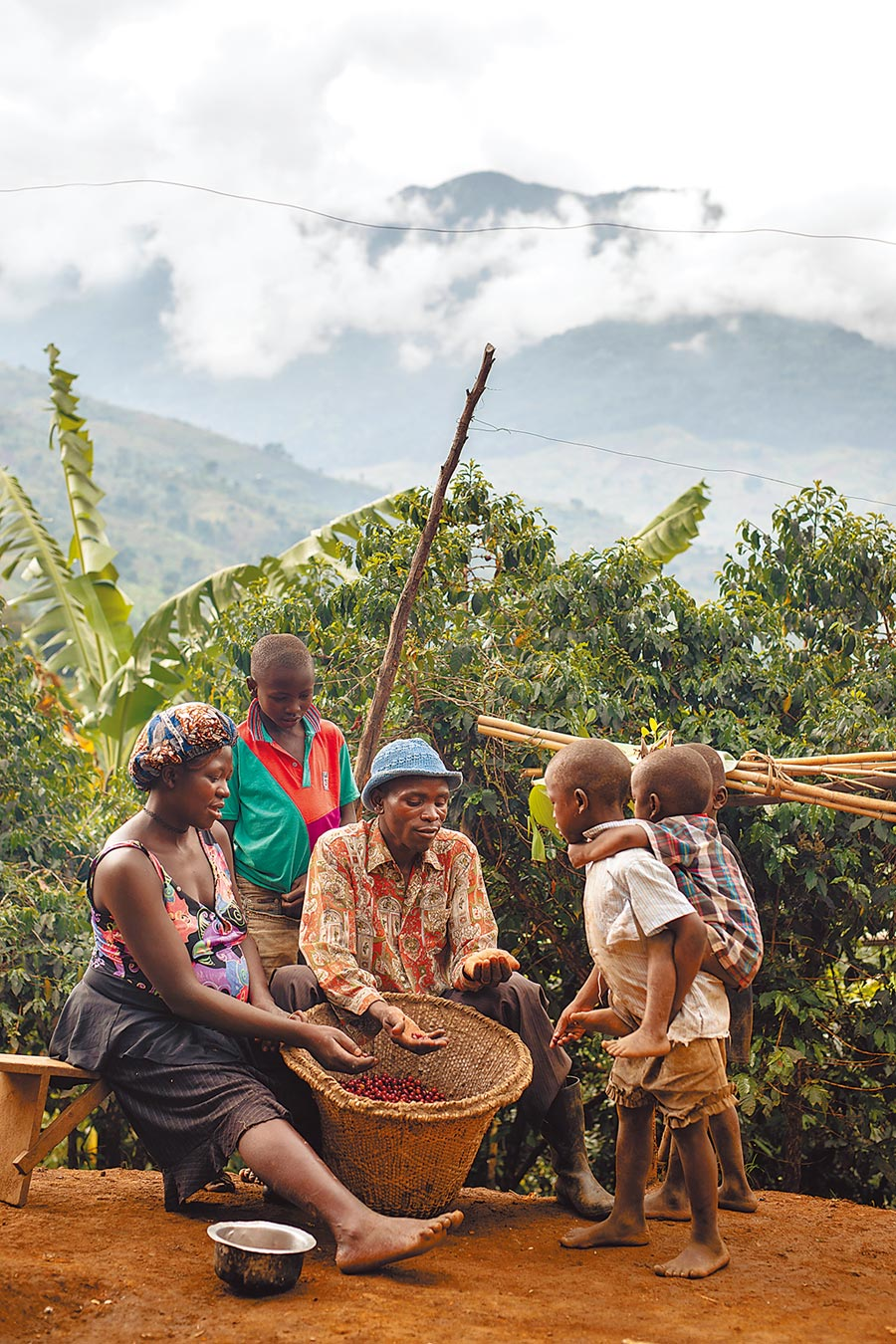 烏干達的咖啡農Kirimbwa Joseph說:「我選擇種植咖啡,因為這是一門永續產業」,因著咖啡帶來的收入,現在已經可為所有孩子支付學費。(Nespresso提供)