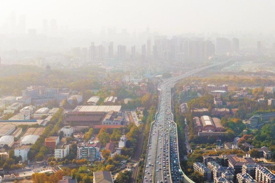 江蘇省空氣汙染嚴重,圖為2019年10月30日,南京城籠罩在霧霾中。(中新社)