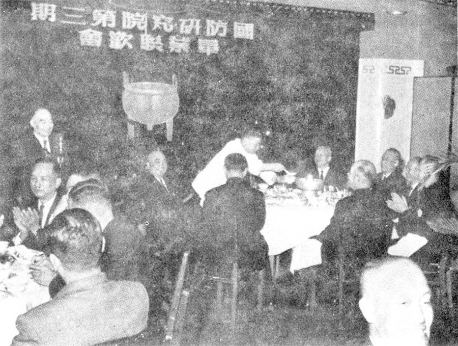 胡將軍(時為國防研究院同學會會長)在國防研究院第三期畢業聯歡會中致詞。(台灣商務提供)