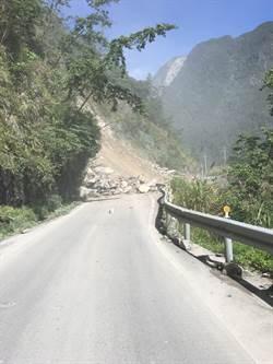 驚險!中橫便道邊坡坍方 雙向交通中斷
