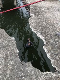 北門釣客踩破便橋墜溪 釣友拋繩救他一命