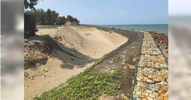 新竹縣政府爭取水利署經費,將防護海堤,避免海岸線受影響。(圖/中國時報莊旻靜攝)