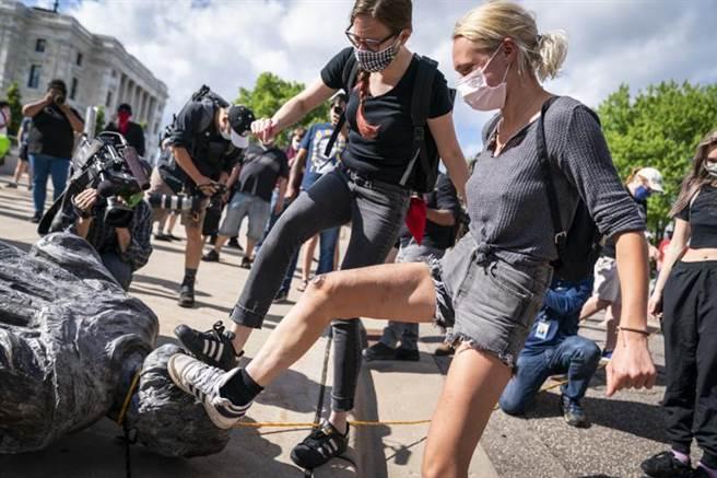 全美「黑人的命也是命」示威愈演愈烈,多數涉及種族爭議的人物雕像遭推倒,紐約時報編輯也因刊登派軍隊對抗示威的文章而引咎辭職,讓保守派媒體感嘆「文革已在美國出現了」。