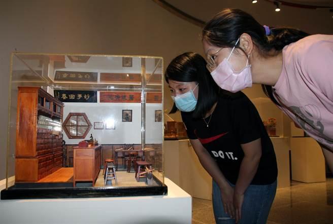 李義雄袖珍家具展13日登場,中藥行的櫃台與藥架雕刻的栩栩如生。(陳淑娥攝)