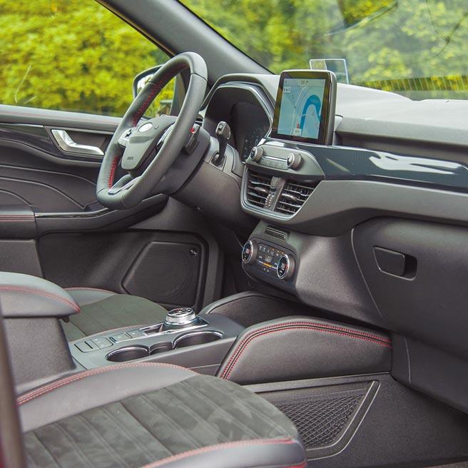 中控台配置8吋觸控螢幕、左右獨立恆溫空調及Qi手機無線充電功能。(陳大任攝)