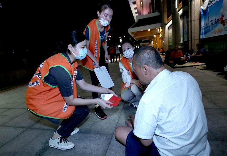 仕招社會福利慈善事業基金會與旺旺志工團11日深夜在台北車站周邊夜訪街友,發放端午節慰問金,讓街友感到相當窩心。(鄭任南攝)
