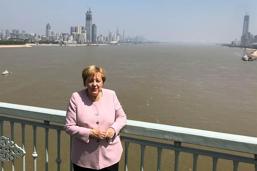 去年9月德國總理梅克爾曾訪問武漢(圖),認識這個有千萬人口的大型工業城,也因此影響了她對新冠疫情的處置態度。(圖/路透)