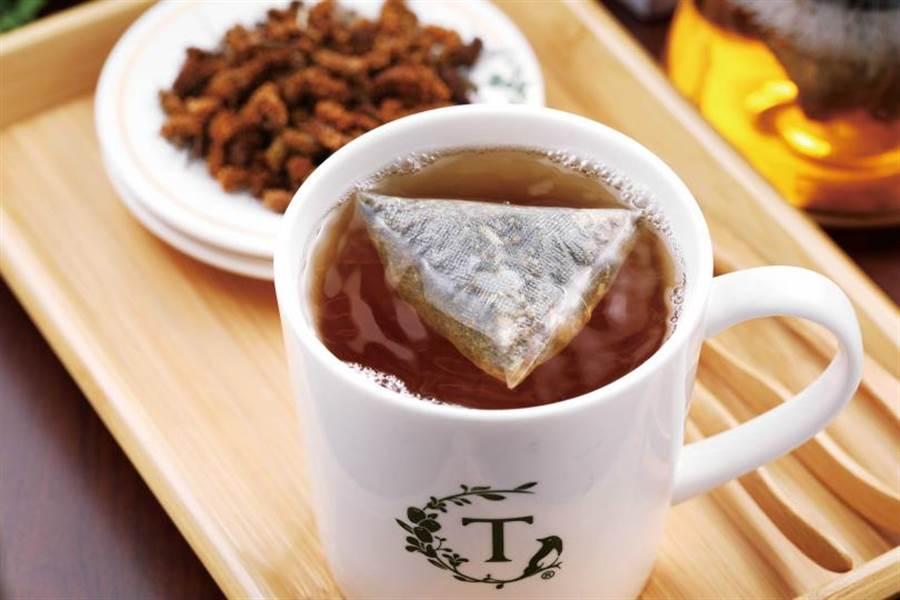 24節氣飲品是將裝有中草藥複方的茶包,放入高壓漩沖壺內,以加溫水漩沖而成。(80元) (圖/于魯光攝)