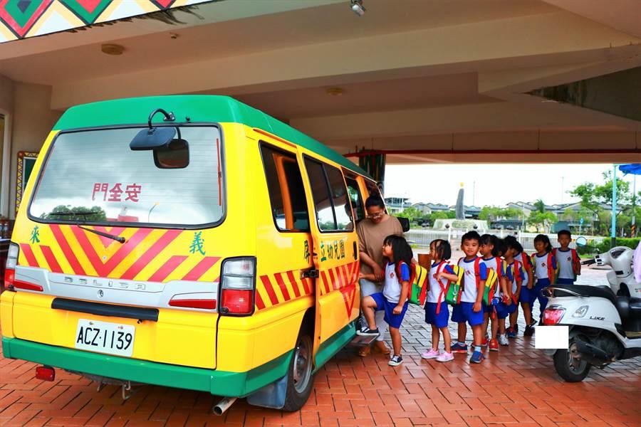 來義鄉立幼兒園因學童多達126人,出現「娃娃車不夠用」問題,1台車要跑4趟跑到近10點才能完成接駁,而目前僅能撥用另台年底將報廢的車暫紓困,公所盼能募車解困。(謝佳潾攝)