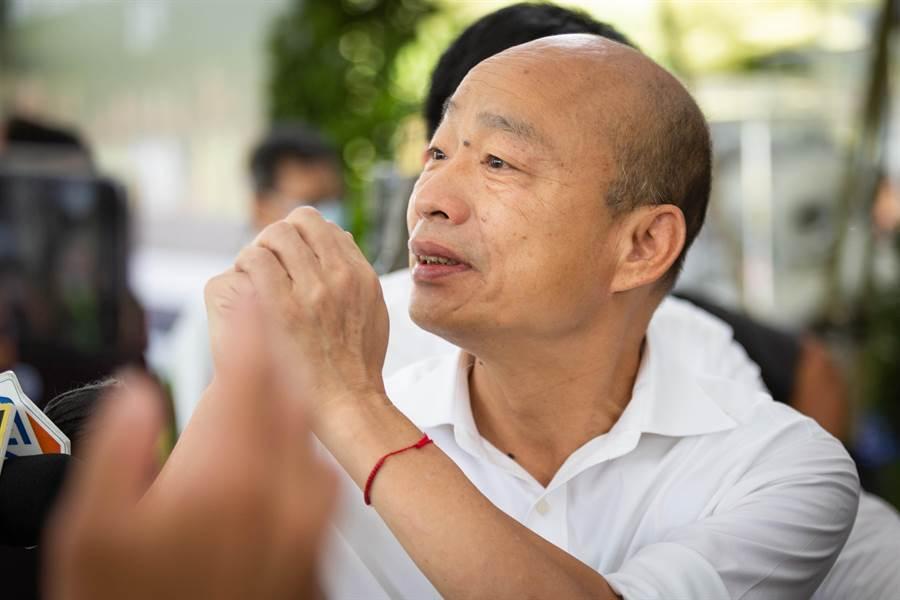 前高雄市長韓國瑜六度赴議長許崑源靈堂弔唁,一路拱手向外界致意。(袁庭堯攝)