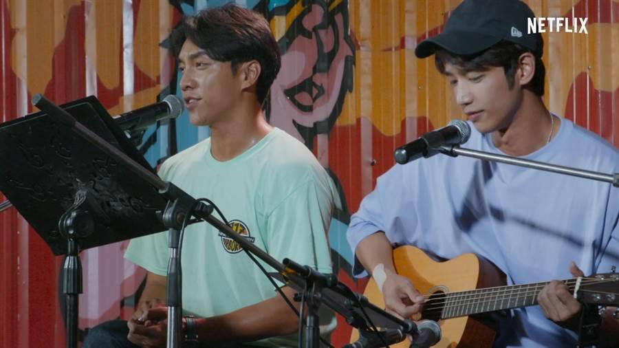 劉以豪(右)與李昇基搭檔完成人物,被韓媒譽為是「湯姆貓與傑利鼠」的組合。(Netflix提供)