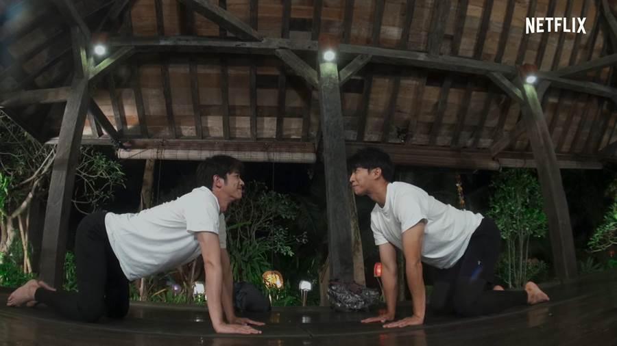 劉以豪(左)跟李昇基一起做雙人瑜珈。(Netflix提供)