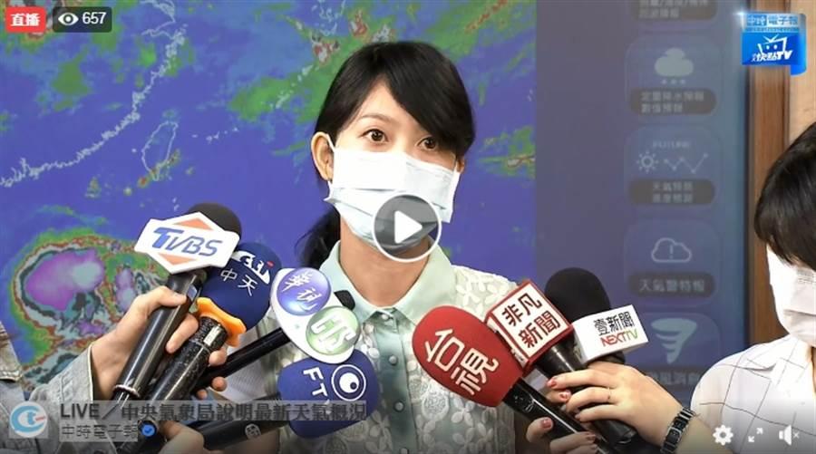 氣象局預報員李佩芸表示,熱低壓今晚到周六最接近台灣,雖對台灣沒直接影響,但高屏地區要留意高溫,今晚西南部宜蘭沿海要注意長浪。(圖擷自氣象局直播)