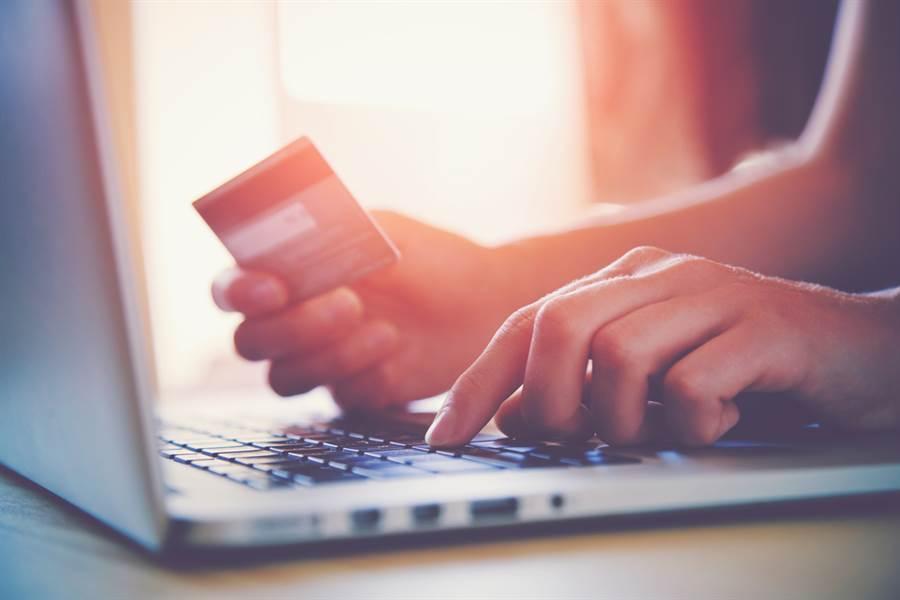 男挖出塵封金融卡,竟成功刷過,真相曝光後神反轉。(示意圖/Shutterstock)