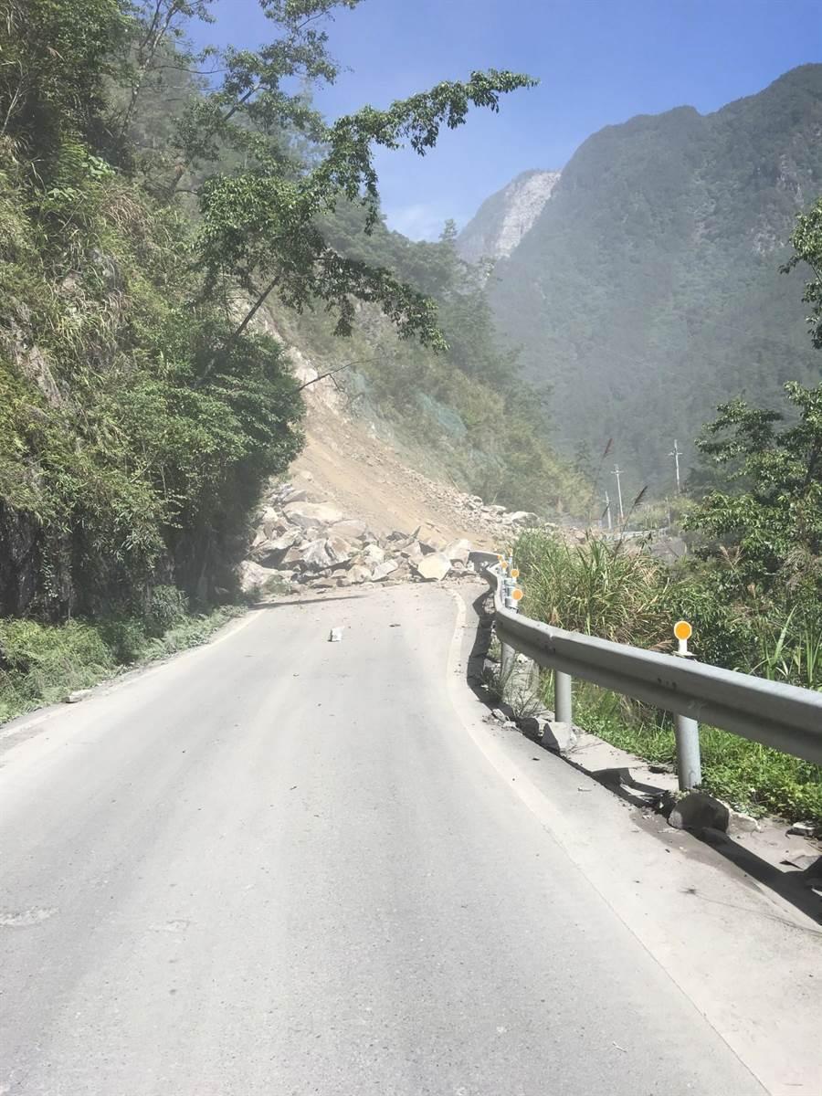 中橫便道22.5公里上邊坡大量土石崩塌,造成雙向交通中斷。(和平分局提供/王文吉台中傳真)