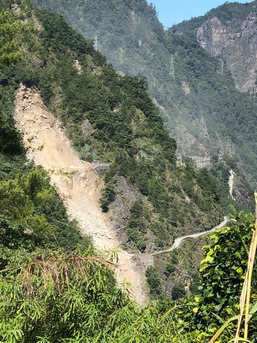 大量土石從邊坡傾斜而下,阻斷中橫便道交通。(和平分局提供/王文吉台中傳真)