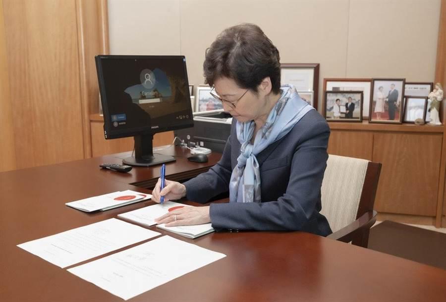 特首林鄭月娥根據《基本法》第48條第3款簽署《國歌條例》,條例今日刊憲公佈,並即時正式生效。(香港政府新聞網)