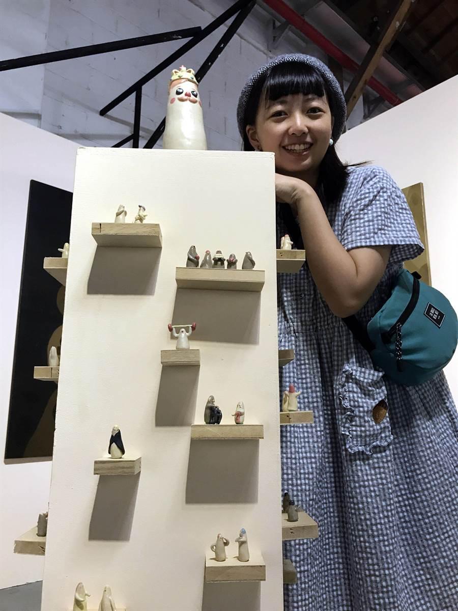 華梵大學美術與文創學系畢業生林彥伶因腳傷無法行走而將手指擬人化,完成「手指村民」創作。(華梵大學提供/葉書宏新北傳真)