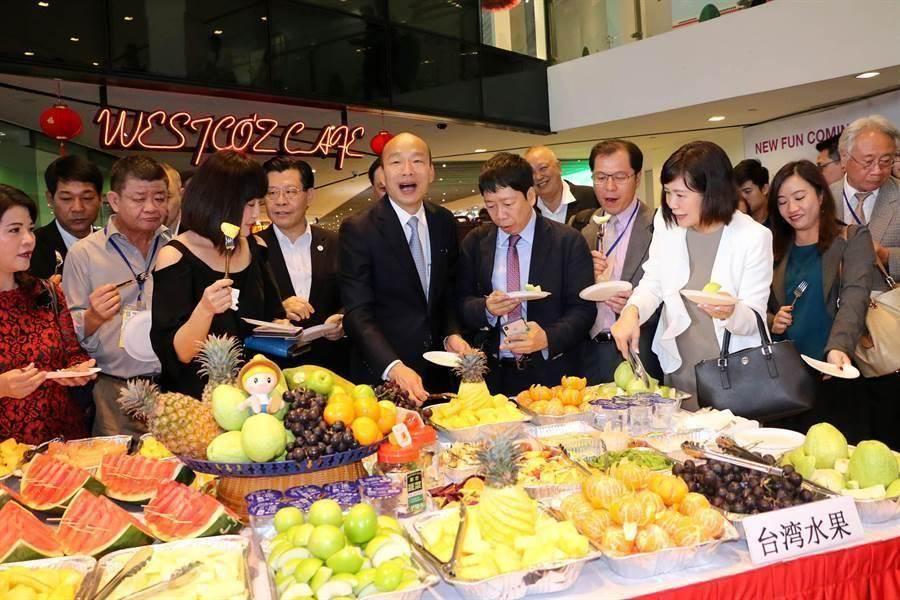 圖為韓國瑜去年率領星馬參訪團,續與昇菘超市CEO林福星簽訂三年採購長約,金額每年超過50萬新幣。(圖/取自高雄市政府官網)