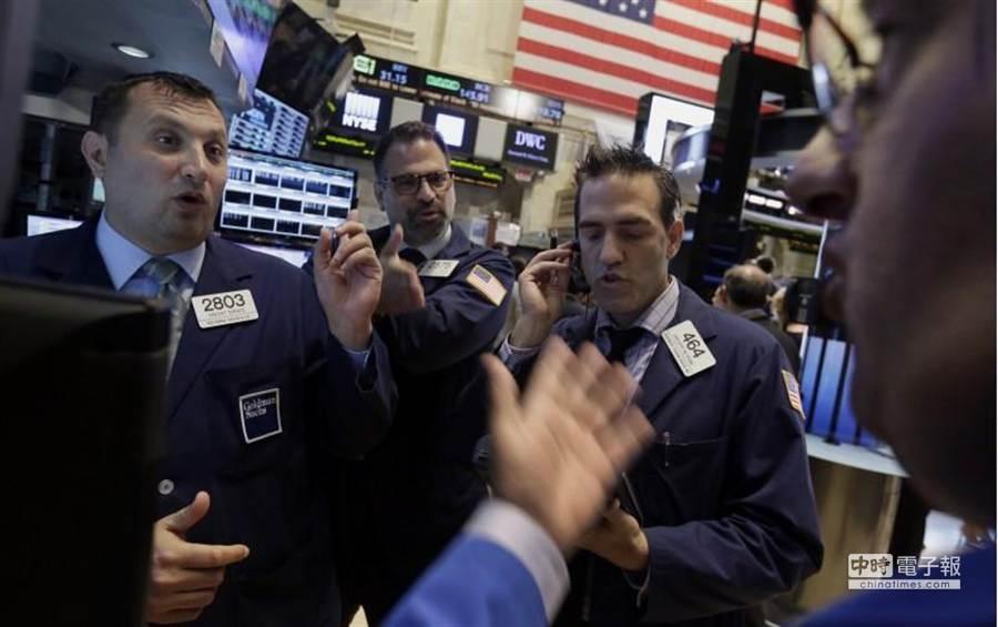 聯準會警告未來經濟前景仍不樂觀,美股周四大屠殺逾1800點。(美聯社)