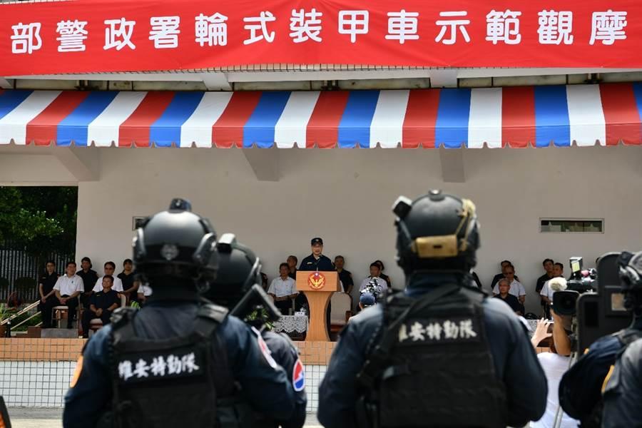 警政署長陳家欽在今日(12)早上10點半,於保安警察第一總隊主持「輪式裝甲車示範觀摩演練」。(警政署提供)