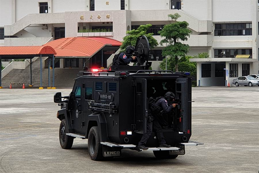 新增購的Lenco Bearcat G2輪式裝甲車,曾於電影「神鬼認證」出現。(警政署提供)