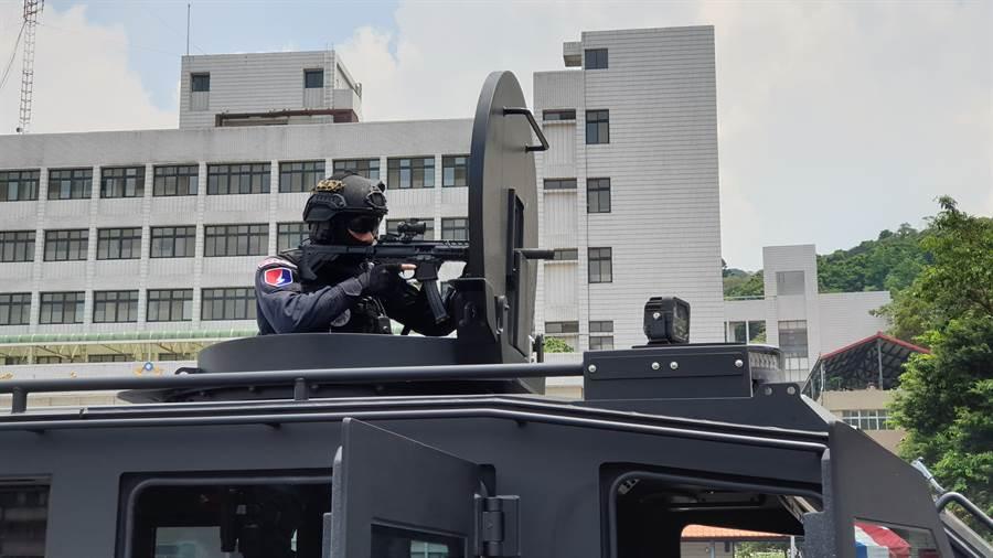 全副武裝特勤隊員正在實行演練。(警政署提供)
