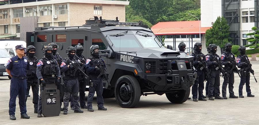 特勤人員正在實行裝甲車的演練。(警政署提供)