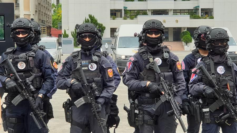 本次演練配合全副武裝特勤隊員實際於裝甲上進行。(警政署提供)