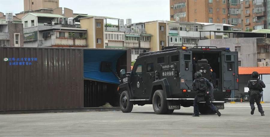 裝甲車與特勤隊員於今早進行實際演練行動。(警政署提供)