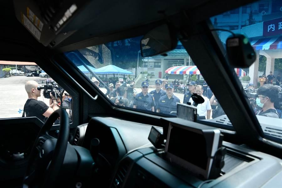 裝甲車內部的設備情景,全車採用12至40釐米厚鋼裝甲(車底與油箱均防爆),能防12.7釐米機槍彈攻擊,輪胎於失去胎壓狀態下仍可繼續行駛,車頭並能加裝破門裝置,是一款性能極佳的攻堅利器。(警政署提供)