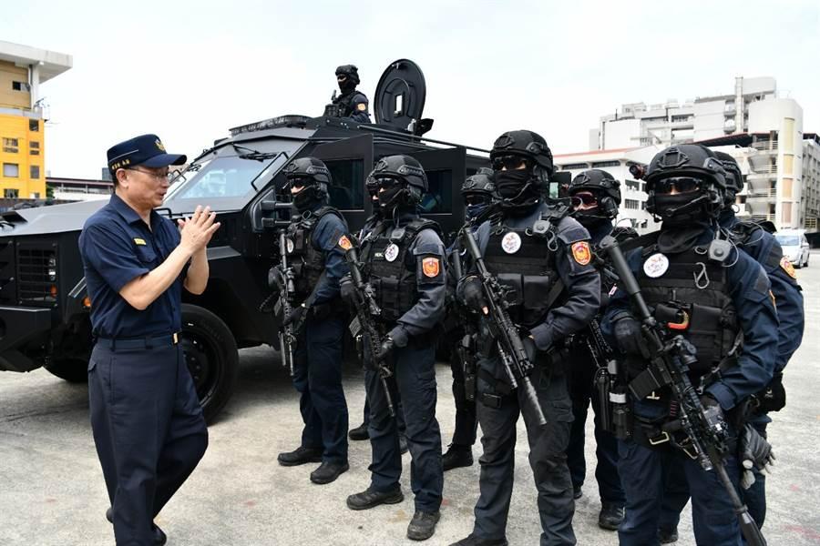 警政署署長於現場指導與勉勵特勤部隊。(警政署提供)