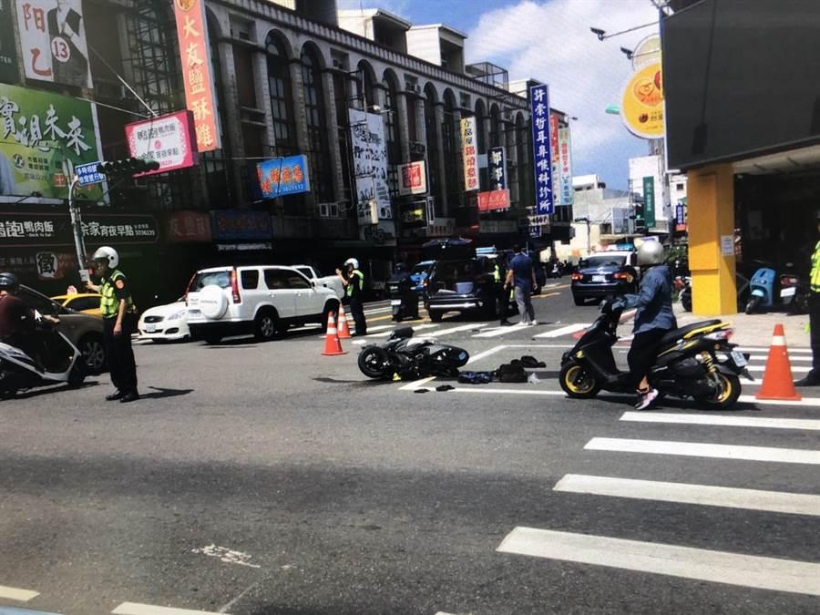 永康警巡邏車支援勤務途中與機車騎士擦撞,騎士重傷。(讀者提供/曹婷婷台南傳真)