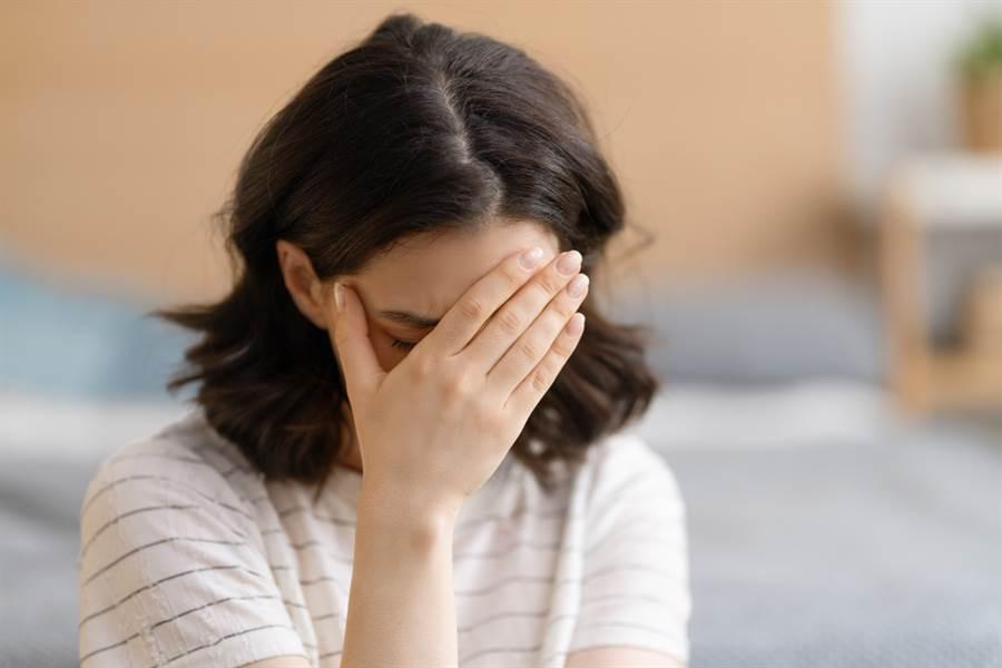 脫水恐增中風機率!醫曝7大症狀警告。(示意圖/Shutterstock)
