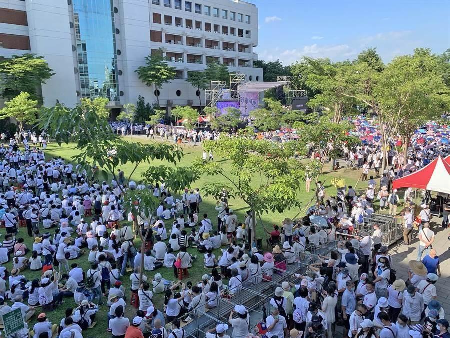 「真愛高雄 珍重再見」草地音樂會,現場湧入數千位支持者。(柯宗緯攝)