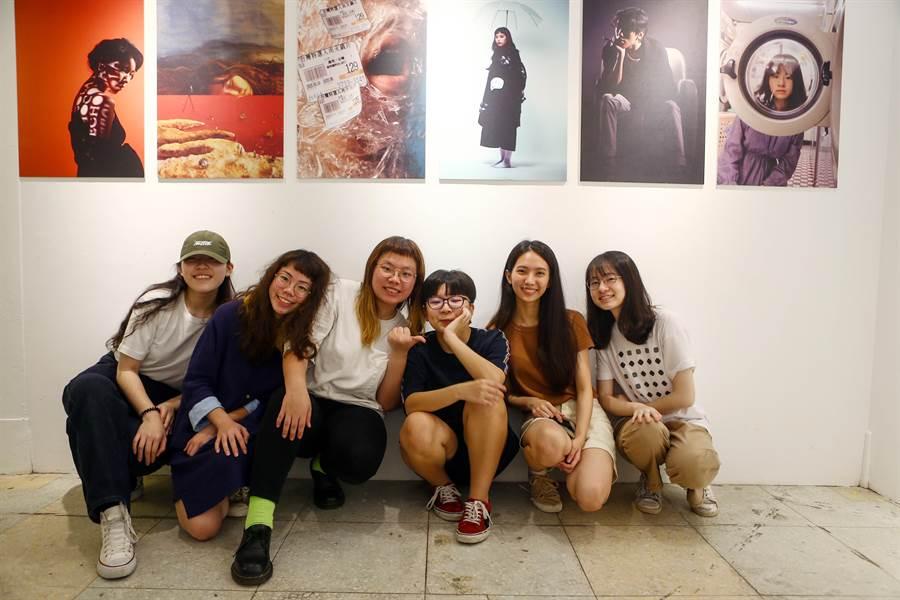台科大設計系大一生小組成員與攝影作品合影。(李侑珊攝)