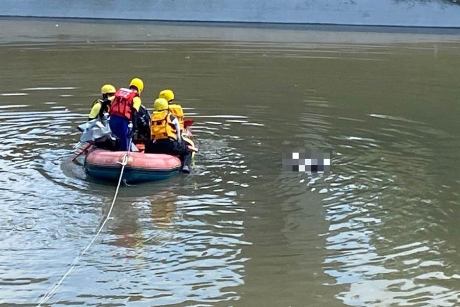 今天下午約1點23左右有民眾報案,在員林大排水溝裡,發現一具浮屍,經家屬確認就是失蹤老婦。(消防局提供/吳建輝彰化傳真)