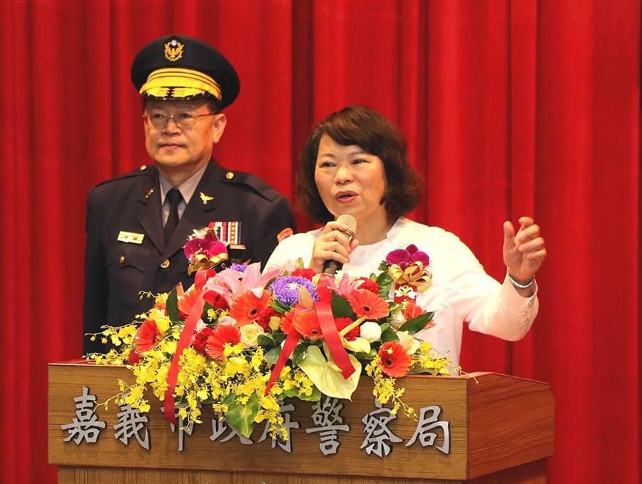 嘉義市長黃敏惠(右)感謝警察們打造嘉義市是治安良好的幸福城市 ,推薦局長張樹德(左)角逐今年行政院模範公務人員。(廖素慧攝)