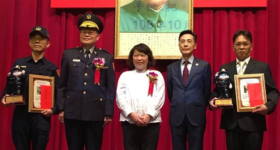 嘉義市長黃敏惠(中)表揚模範警察第一分局三組組長許嘉榮(左) 、刑大偵查佐簡傳文(右)。(廖素慧攝)