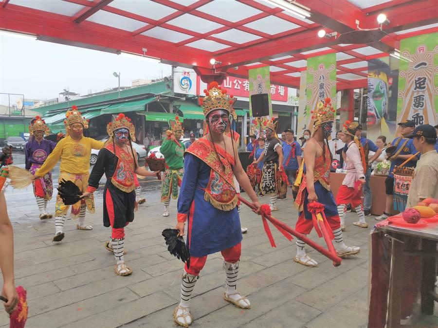 台南市政府12日於佳里區金唐殿舉行「家將乖乖」發表會,具百年歷史的佳里吉和堂家將團也出陣演出。(劉秀芬攝)