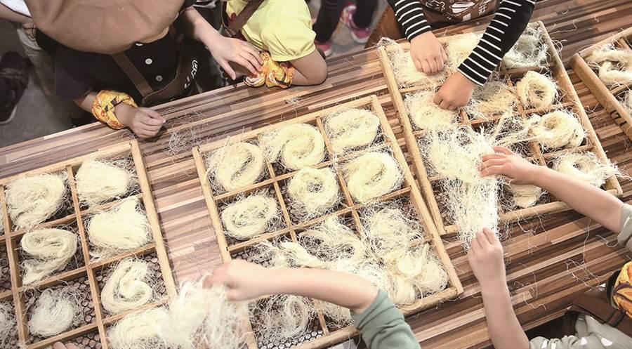 只要天氣好,一進入門口便能在米粉架上看見一團團像是白雲的米粉!(圖/IN新竹提供)