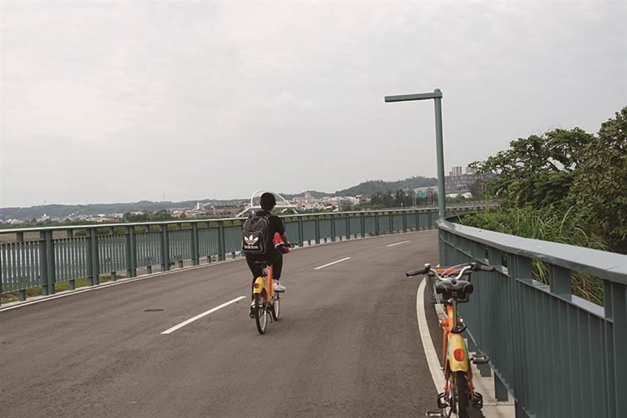 沿著17公里海岸線騎,欣賞風景之餘還能強健體魄,是個適合闔家出遊的景點。(圖/IN新竹提供)