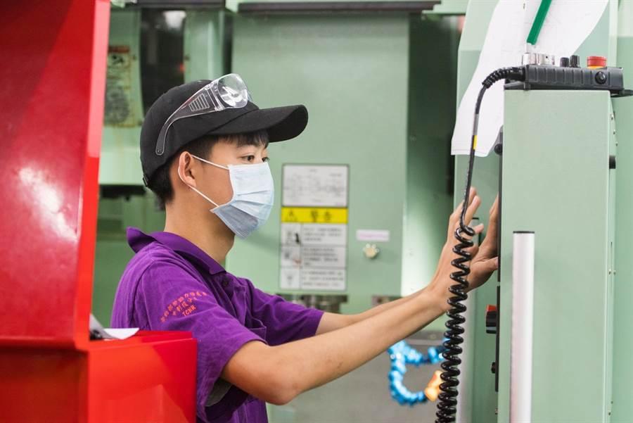 勞動力發展署中彰投分署打造青年就業即戰力,推出青年專班,人才成業界搶手貨。(盧金足攝)